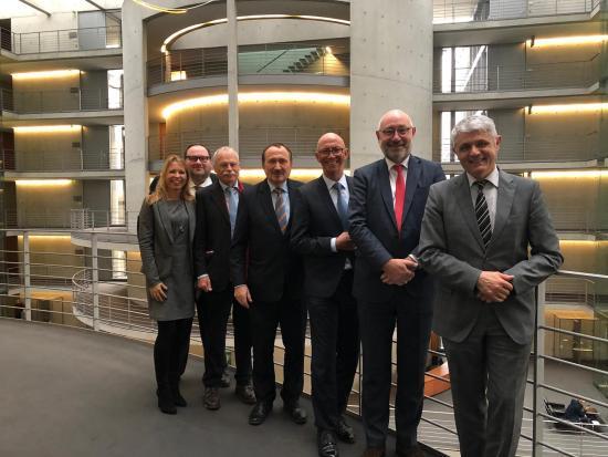 Gruppenbild nach der Anhörung im Ausschuss für Bau, Wohnen, Stadtentwicklung und Kommunen